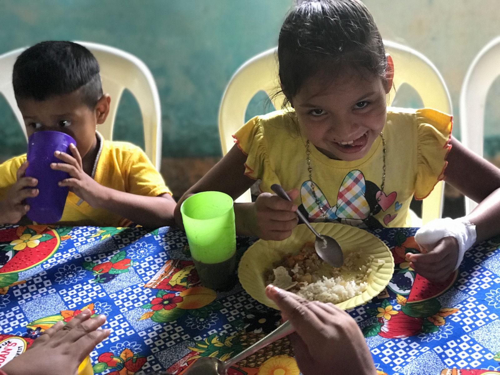 nicaragua_kids_eating
